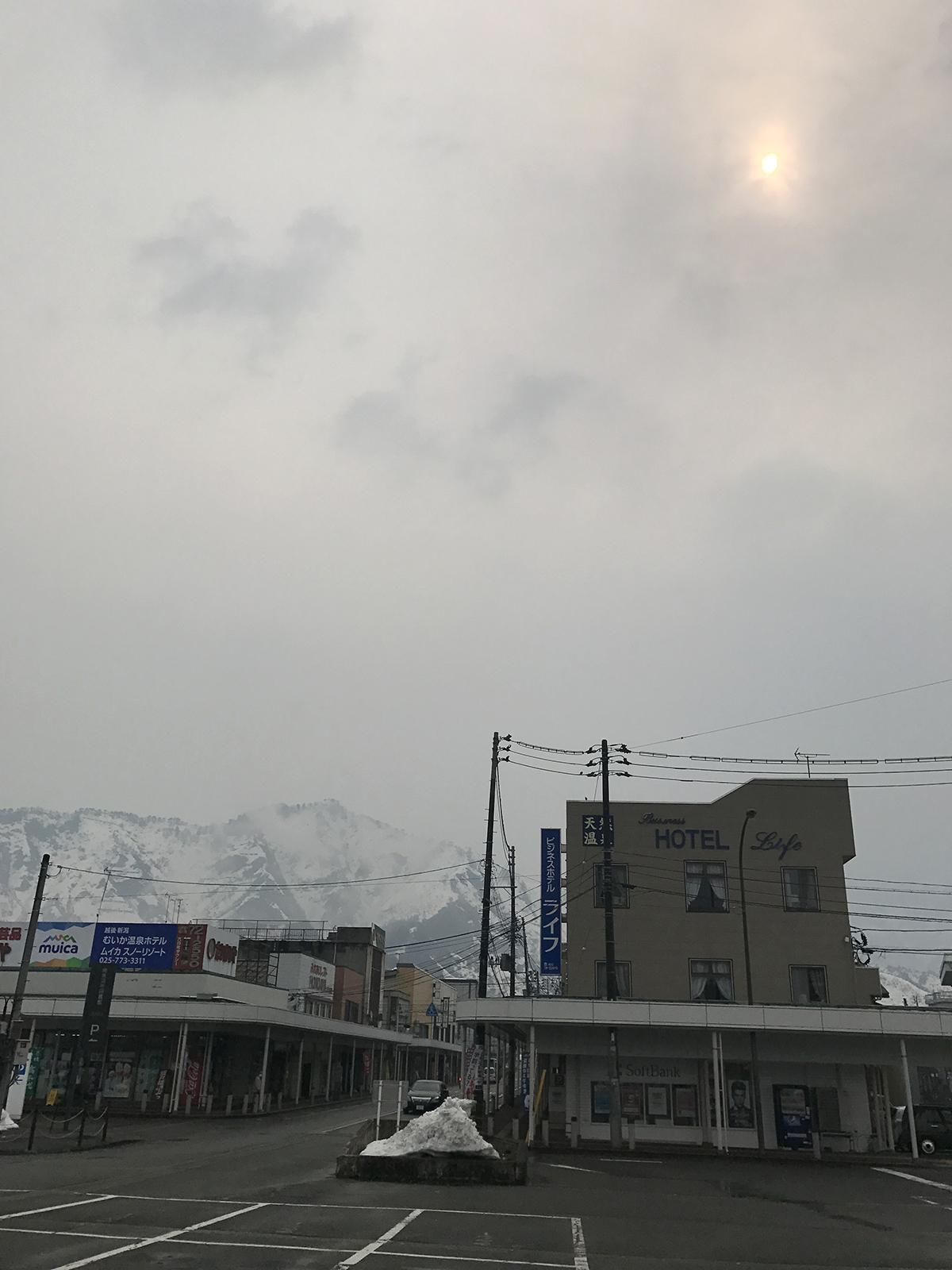 2017.3.19 sun. AM10:04 どんより曇天に光。